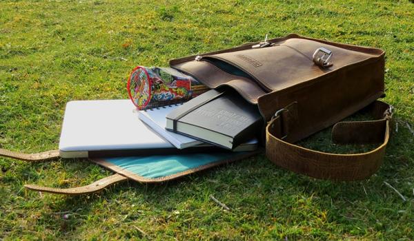 menaruh laptop pada tas biasa